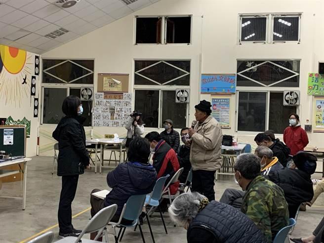 桃山部落居民在宣導會上踴躍發言。(東勢林管處提供/陳淑娥台中傳真)