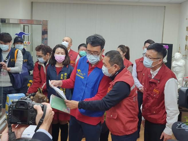 新北市長侯友宜今(2日)特別到板橋區視察補習班的防疫作為。(葉書宏攝)