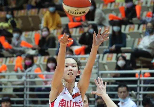 南山高中劉芳瑜今天狂飆7記三分搶25分,幫助球隊收下2連勝。(鄭任南攝)