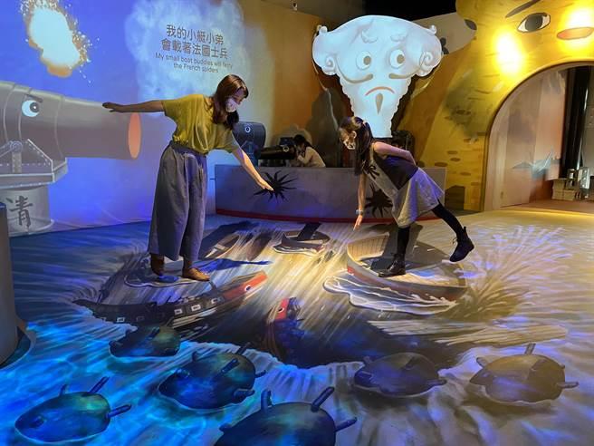 淡水古蹟博物館長黃麗鈴表示,展覽以說故事的方式及多媒體互動裝置,將淡水河、河川生態及船隻等擬人化,引導兒童認識淡水的多面向,讓孩子不僅能看,還能親自操作體驗。(戴上容攝)