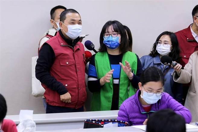 新北市長侯友宜(左一)視察補習班防疫作為。(黃世麒攝)