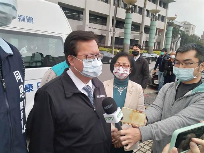 鄭文燦說,醫院行政清潔員居隔研擬發3萬,估有40人受惠。(蔡依珍攝)