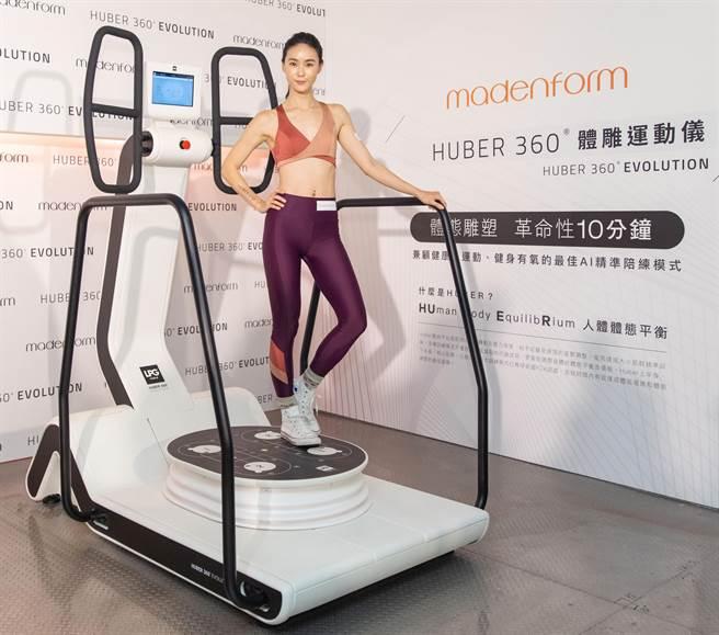 鍾瑶體驗「HUBER 360體雕運動儀」,30分鐘就香汗淋漓。(媚登峯提供)