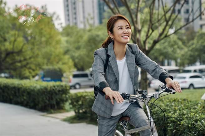 林心如劇中崇尚環保,天天騎腳踏車上班。(可米傳媒提供)