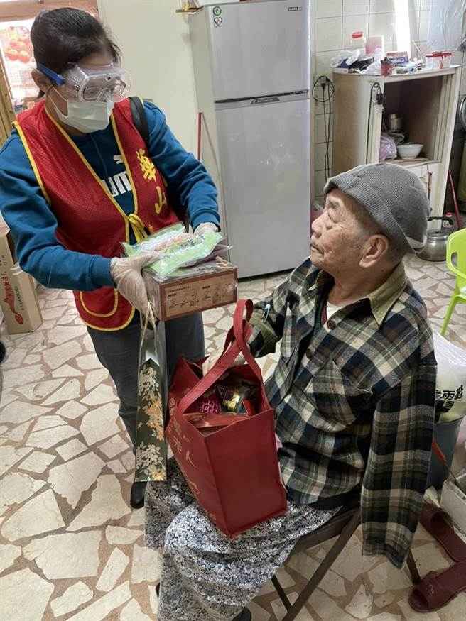 連辦30年的寒士尾牙團圓宴首度取消,全面改成「送禮到家」,因應桃園疫情嚴峻,華山基金會發送時會戴手套、口罩、護目鏡,送禮前後也會頻繁消毒,高規格防疫。(蔡依珍攝)