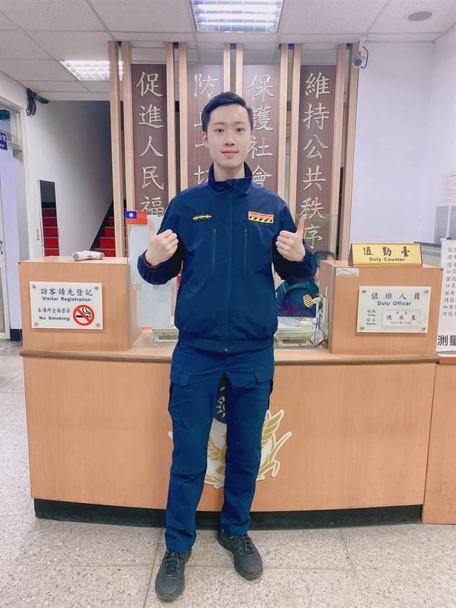 新北市海山警分局交通分隊警員陳禾星熱心協助民眾。(海山警分局提供)