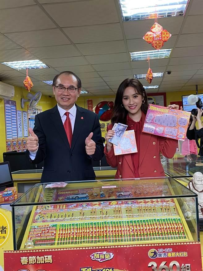 台灣彩券今年邀請吳珊儒Sandy擔任春節代言人,她現場買彩券就刮中1000元。(洪凱音攝影)