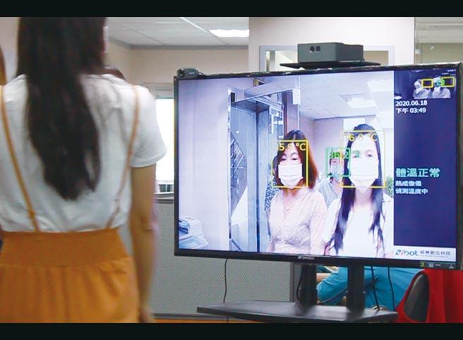 威寶多點式體溫監測系統,能立即顯示人員體溫,同時也具備優異的人臉識別能力。圖/威寶提供