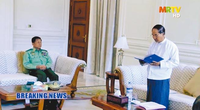 緬甸國營電視台1日播出的畫面顯示,代理總統敏瑞(右)在緬甸國防軍總司令敏昂萊注視下宣讀軍方接管政權的聲明。(路透)