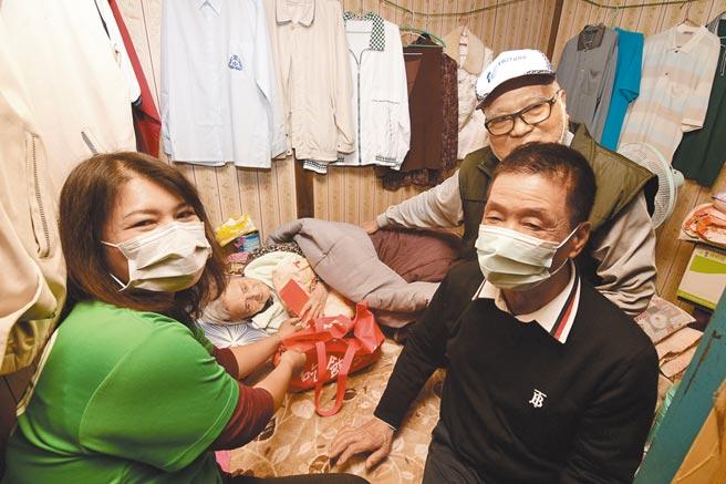 84歲林阿公(右後)獨力照顧90歲半癱妻子,市長張國洲(右)與創世基金會人員(左)前往致贈年禮及春節紅包。(莊哲權攝)