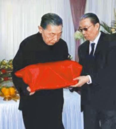 傅聰(左)、傅敏攝於2013年父親傅雷的入土儀式。(上海海港陵園福壽園提供)