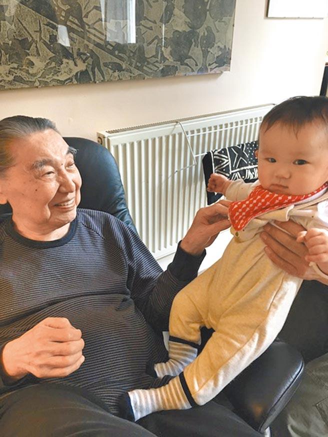 傅聰與孫子Felix凌波,攝於2020年夏。(江青提供)