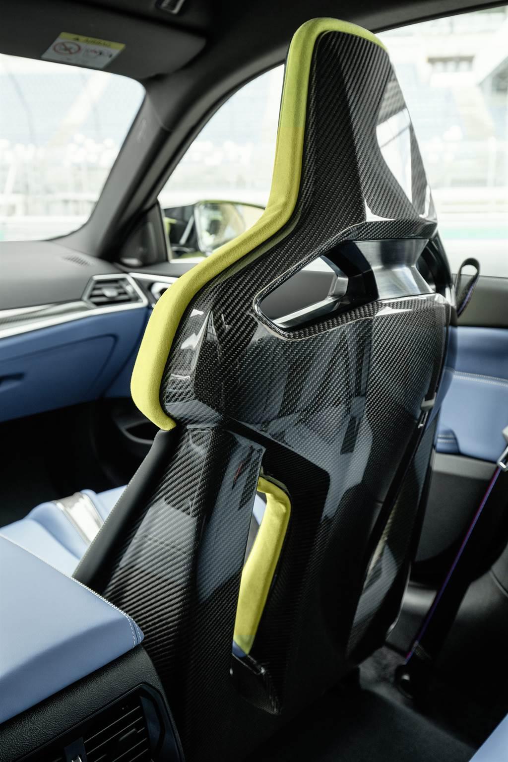 BMW M3與M4 Competition Racing Package搭載首次推出的「M專屬碳纖維賽車桶型座椅」,兼顧輕量與堅韌的全新設計。