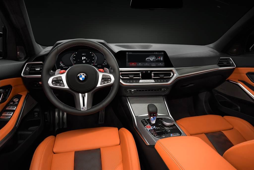 座艙設計採用BMW經典的駕駛導向設計,搭配大量的M專屬語彙與碳纖維材質運用,充滿競技感同時符合人體工學。