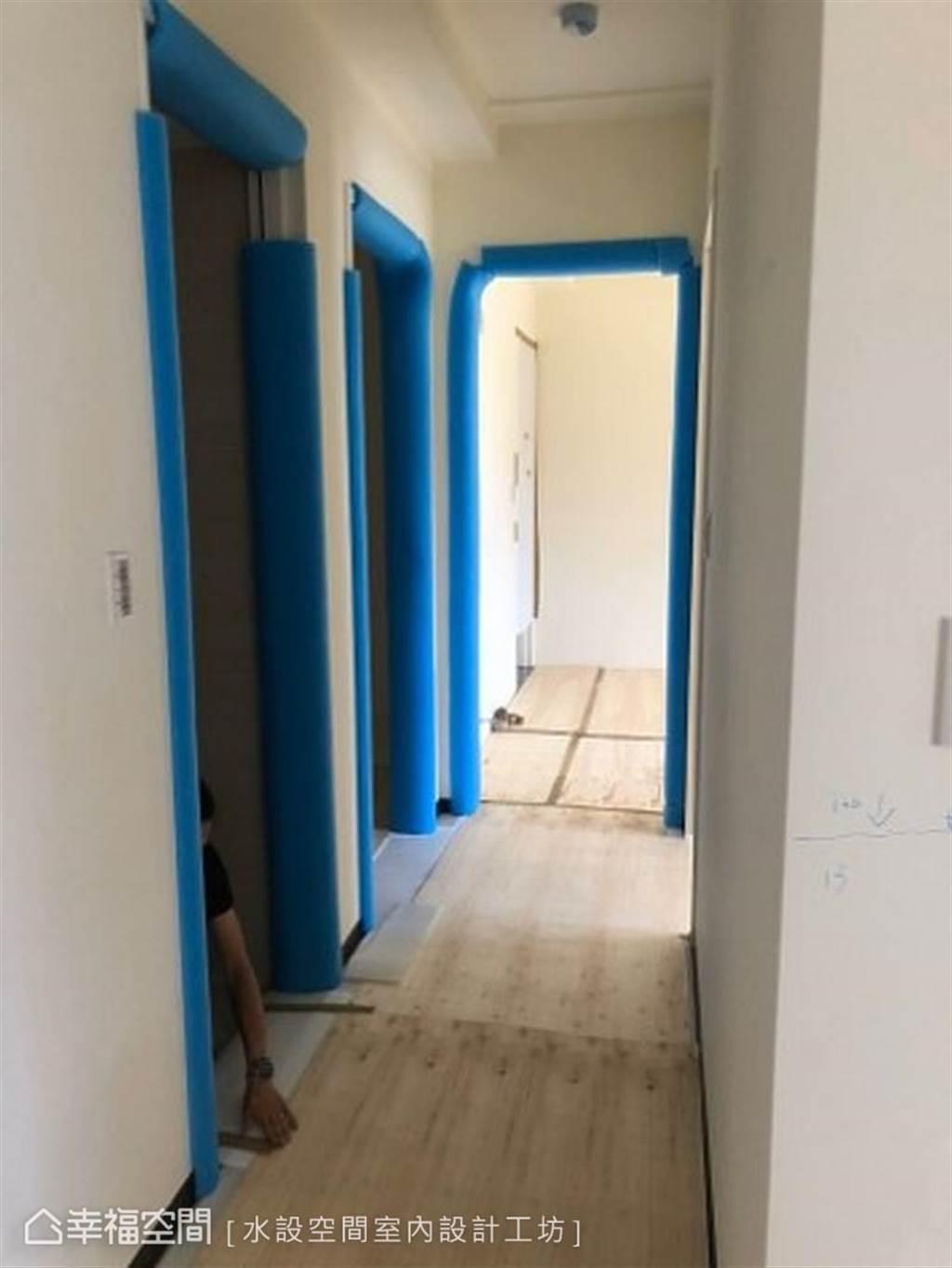 以藍色泡棉完全包覆門框(圖片提供/水設空間室內設計工坊)
