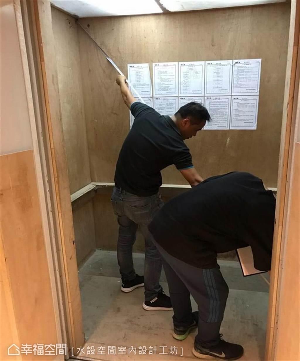 透過捲尺,測量電梯的斜角長度(圖片提供/水設空間室內設計工坊)