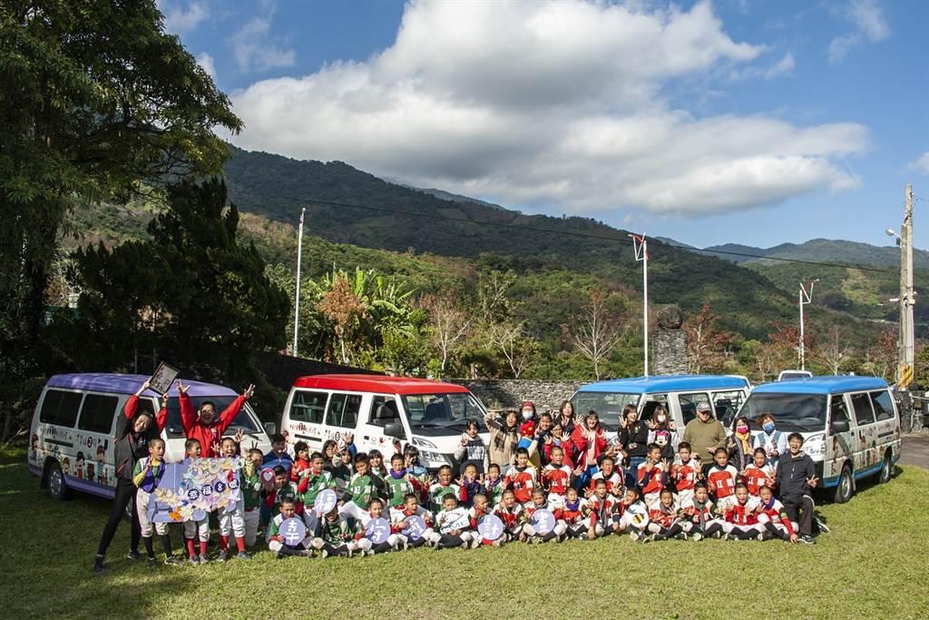 幸福守護計畫8號車前進紅葉國小,捐贈至台東的3台守護專車也一同分享喜悅。