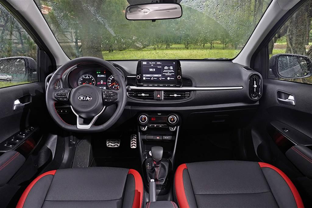 Picanto GT-LINE充滿設計感的中控台中央以銀色鍍鉻飾條點綴,兩側的直立橢圓形空調出風口則類似於車頭兩側的進氣口意象,增添些許動感氣息。