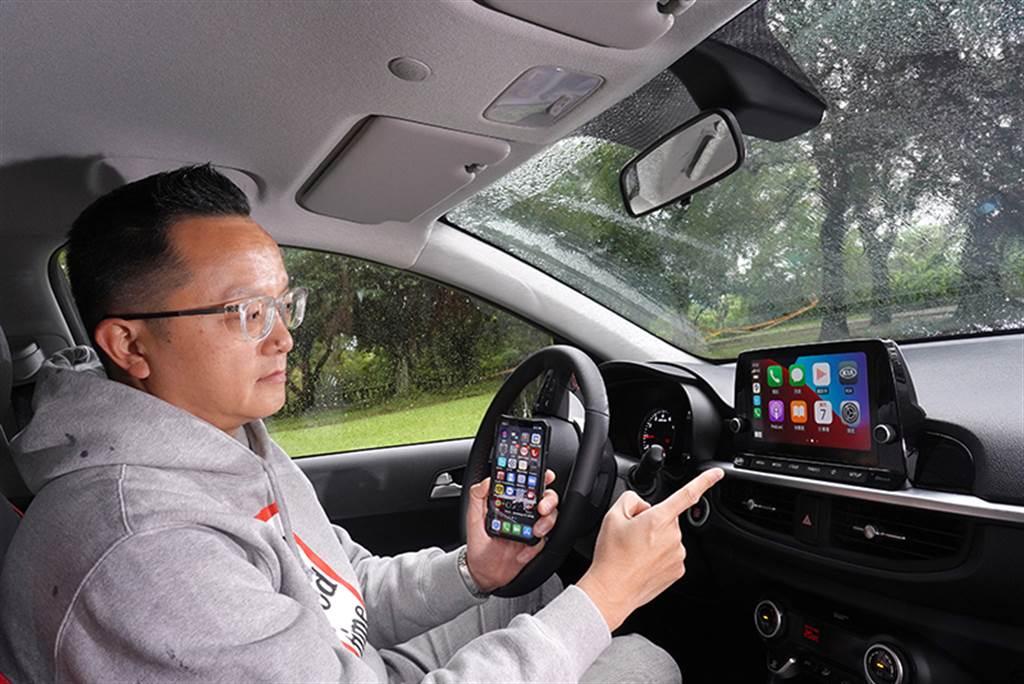 Picanto內建同級唯一的無線Apple Carplay™ / Android Auto™,不需要額外接線就可以與智慧手機連結,十分便利。