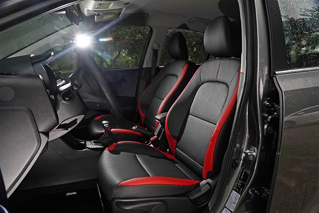 Picanto座椅採皮革與透氣壓花皮革相搭包覆,並以紅色區塊與縫線搭配,營造出高質感,甚至更勝許多級距更高的車款。