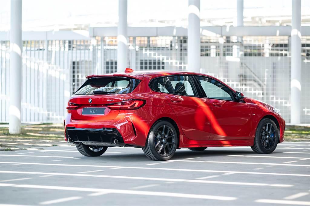 全新BMW 120i Edition M使用黑色高光澤外觀套件,打造更具視覺張力的帥氣風格。