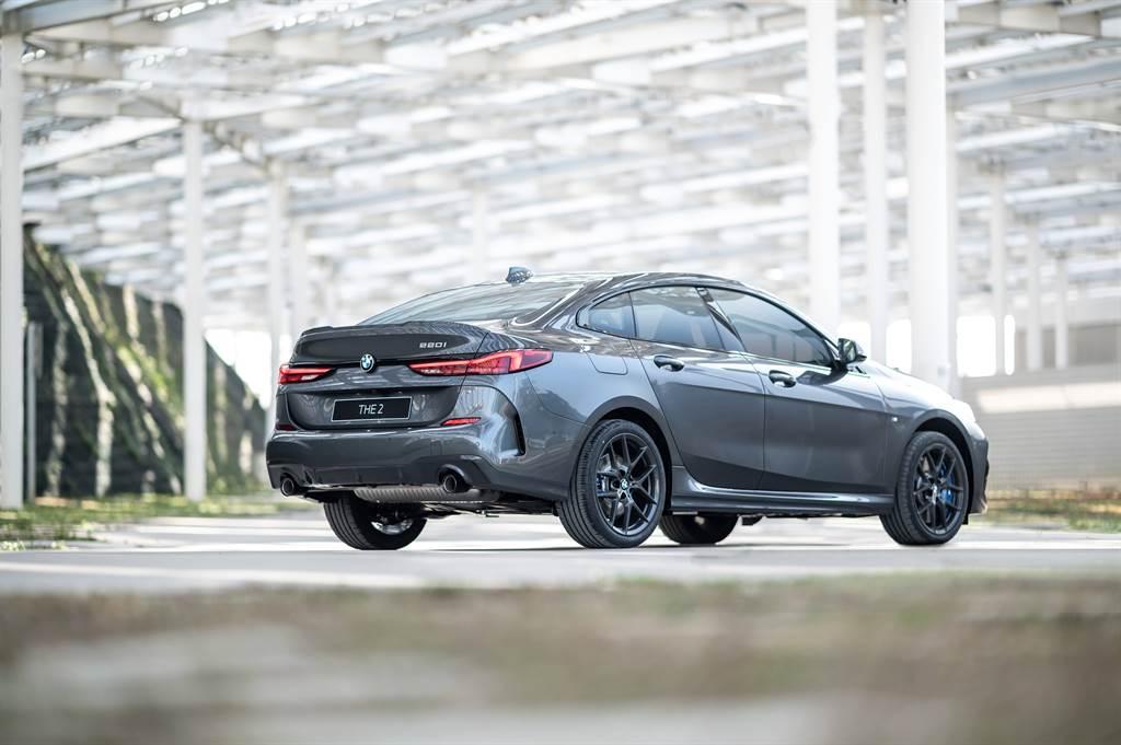 18吋M款專屬深色V輻式輪圈搭配M款空力套件,凸顯全新BMW 220i Edition M的動感基因。