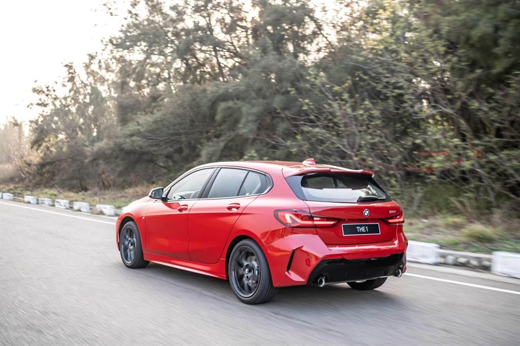 全新BMW 1系列在巴伐利亞精準調校與50:50完美車身比例搭配之下,擁有同級無可比擬的靈活操控感受。