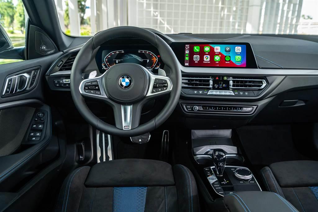 前衛的BMW全數位虛擬座艙整合雙10.25吋虛擬數位儀錶及中控觸控螢幕,搭配智慧型手機無線整合系統(含Apple CarPlay及Android Auto),使愛車完美融入您數位化的生活型態。