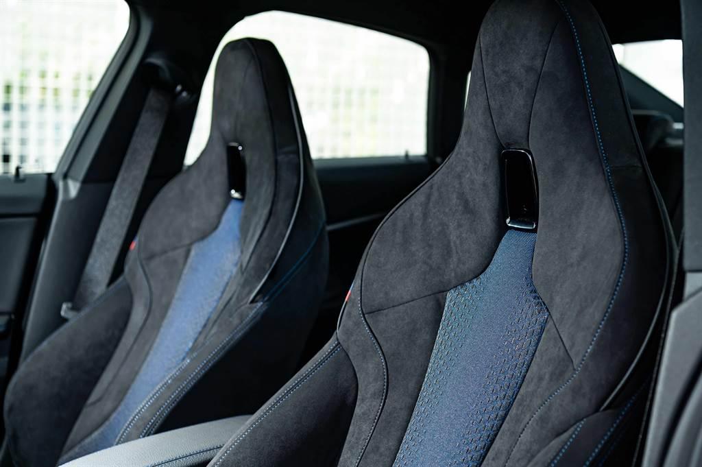 極具熱血氛圍的M雙前座跑車座椅以Alcantara麂皮與高級織布材質打造,完美注入BMW M性能基因。