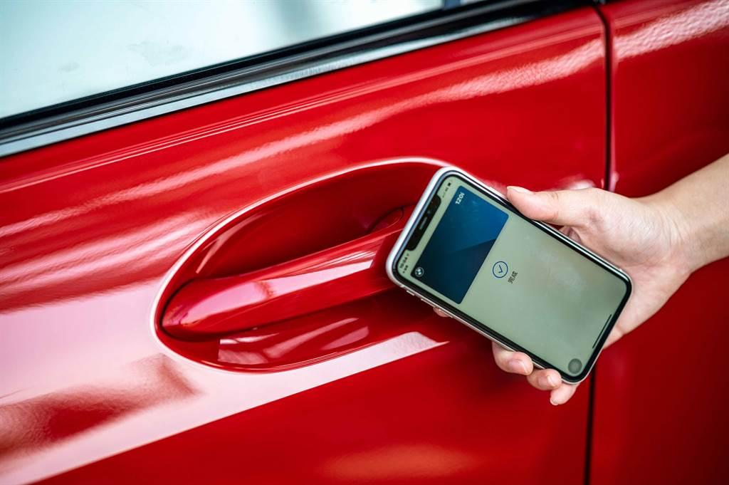 領先業界的iPhone手機數位鑰匙搭配智慧Comfort Access免鑰匙系統,滿足車主多元的生活型態。