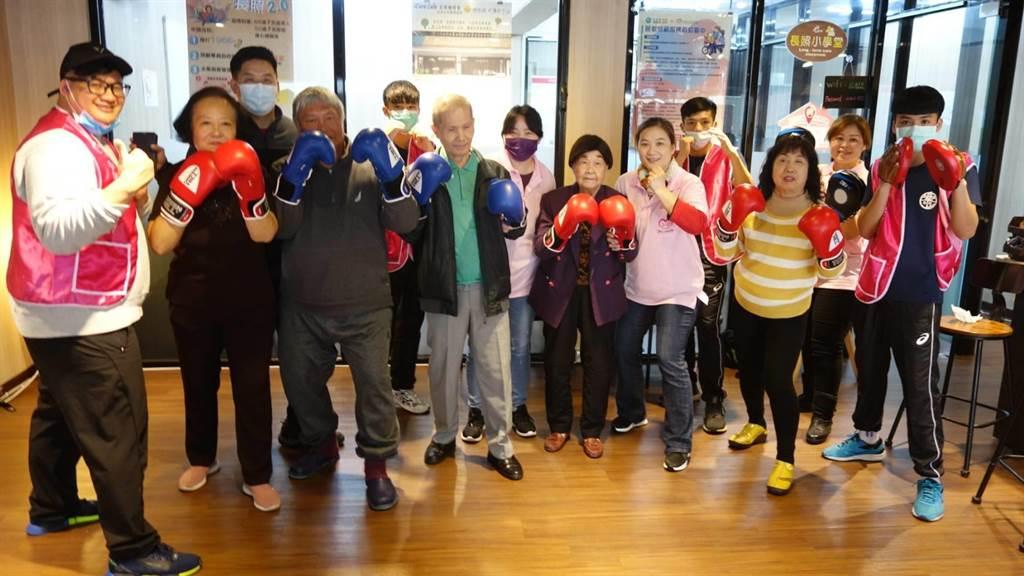 曾經是拳擊國手的陳哲宇(左一),帶著一群原住民孩子組成「熱原拳擊隊」,他除了用拳擊感化許多不愛上學的孩子。(中華長照協會提供/游念育台北傳真)