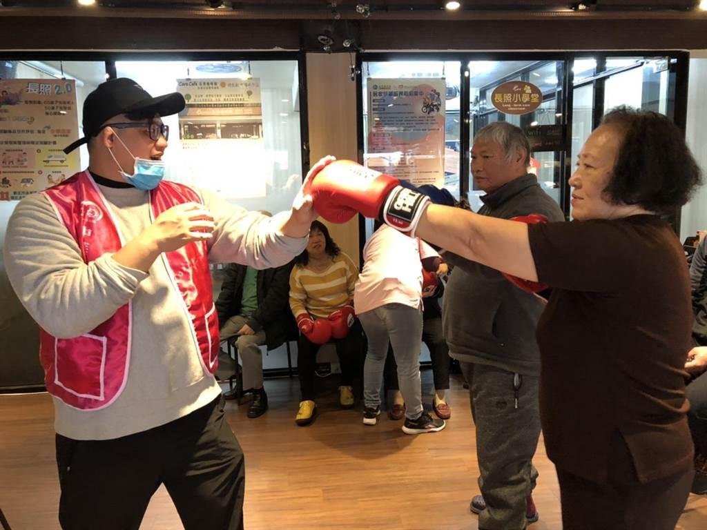陳哲宇表示,長者們各個身體狀況不同,因此過於跳躍的步法與激烈的擺動不太適合。(中華長照協會提供/游念育台北傳真)