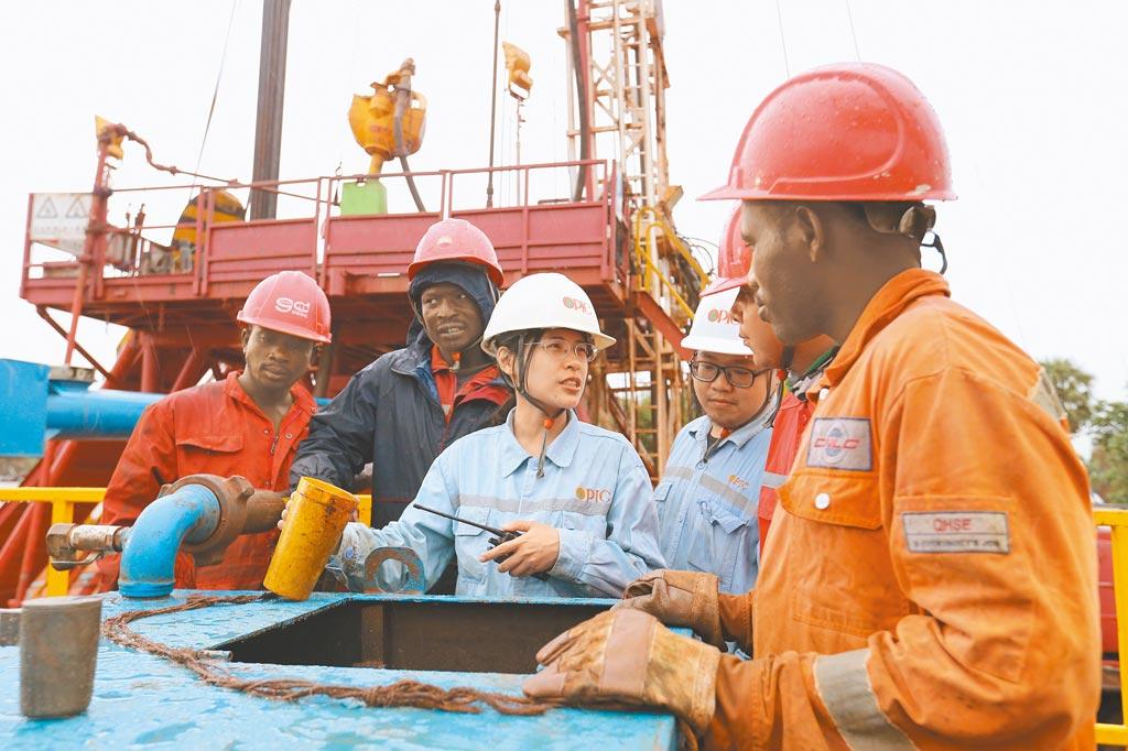 中油查德案,經濟部長王美花表示,海南華信不是傳統石油公司,也不能說它是黨政軍,沒有找到問題前,不能說同仁有什麼弊端。圖為女油人邱琪惠(左三)前進非洲在查德寫歷史。(中央社)