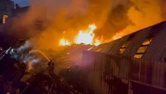嘉義塑膠廠大火廠房崩塌全面燃燒 濃煙恐影響台鐵運行