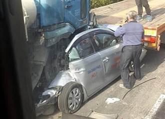 2大車夾擊 轎車遭混凝土車吞掉3/4  駕駛命危