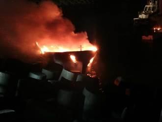林口火力發電廠舶區漁港火警 10噸漁船全面燃燒