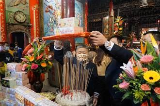 鎮瀾宮聯名口罩舉行過火儀式 大甲媽加持萬片捐桃園