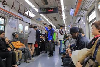 地鐵座位當摩鐵 情侶男下女上 激情整路沒停過