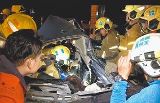 轎車自撞變形 3對情侶斷頸卡死
