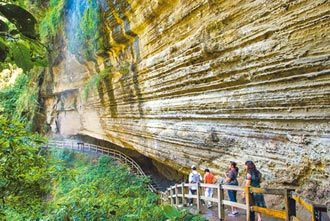 登山擁抱大自然 鐵道山巒相伴