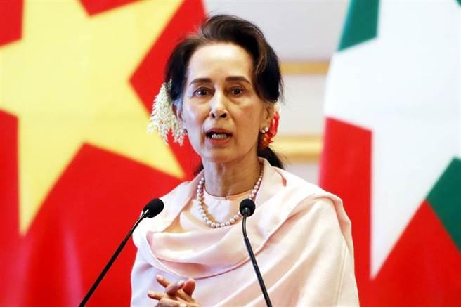 緬甸軍方1日以選舉舞弊為由,對執政黨「全國民主聯盟」(National League for Democracy)的民選政府發動政變,總統溫敏(Win Myint)、國務資政翁山蘇姬(Aung San Suu Kyi)等多名執政黨高層遭軍方拘捕。圖為翁山蘇姬(資料照/美聯社)