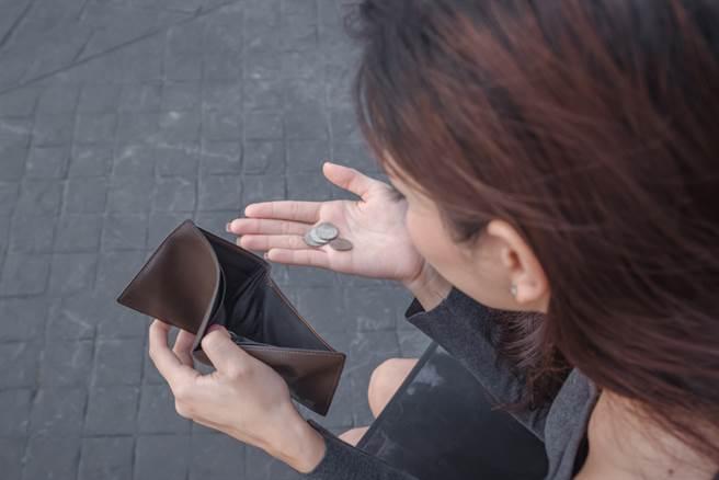 婦人因為臨時要用錢,卻因為提領的金額太少,被櫃台行員刁難犯眾怒。(示意圖/達志影像)
