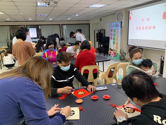 安排新住民手做賀歲年節掛飾,同時讓新住民了解紅色和金色在臺灣是吉利討喜的顏色。(圖/新北市服務站提供)
