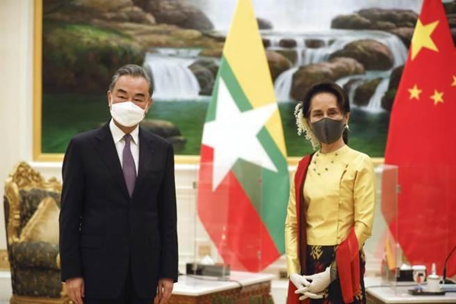 專家分析,緬甸政變雖然可能為中國在緬的政治、經濟利益帶來變數,但西方國家如果對緬實施制裁,反而會將緬進一步推入中國懷抱。圖為今年1月11日,翁山蘇姬會見來訪的大陸外長王毅。(美聯)