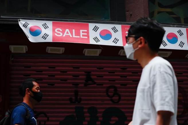南韓民眾走在首爾明洞街頭。(新華社照片)