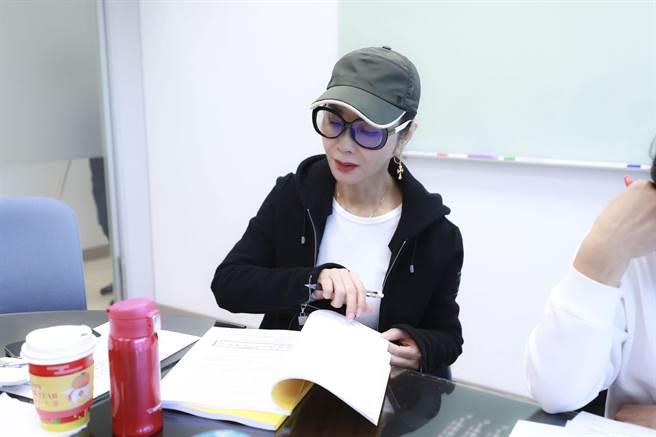 陈美凤戴眼镜水壶读剧本 重返学生生活。(图/民视提供)