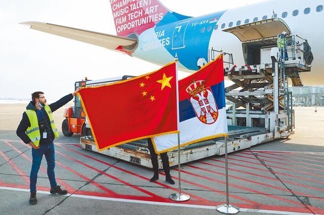 歐盟外的邊陲小國塞爾維亞取得了100萬劑中國大陸國藥集團的疫苗,讓該國快速提高接種速度。(路透)