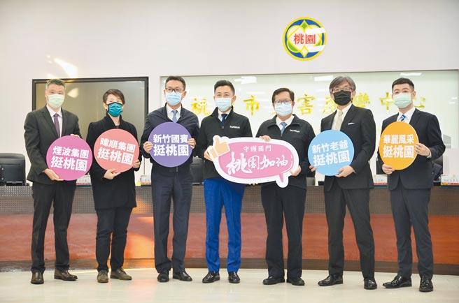 新竹市長林智堅(左四)帶著新竹業者們贈送桃園醫護年菜,由桃園市長鄭文燦(左五)代收。(賴佑維攝)
