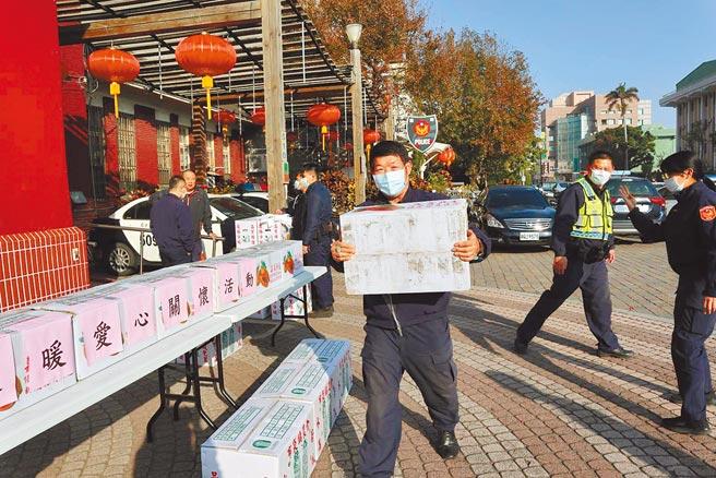 嘉義縣朴子警分局15個派出所一早出動警車,協助將一箱箱年菜送至轄區內弱勢家   庭。(張毓翎攝)