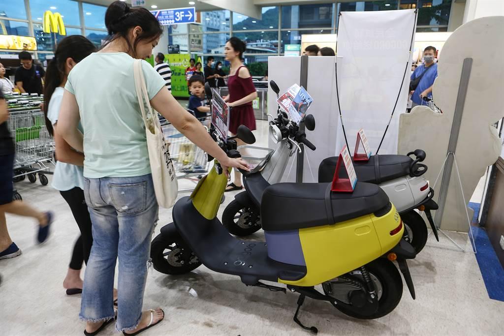 台北市長柯文哲多次強調,要大力推廣電動公車與電動機車,顯示柯市長瞭解到「運具電動化」是全球的潮流與趨勢。(圖/中時新聞資料庫)